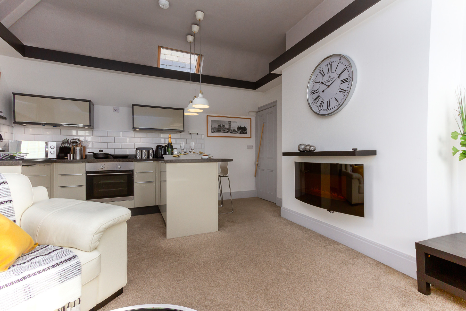 Spacious lounge and kitchen