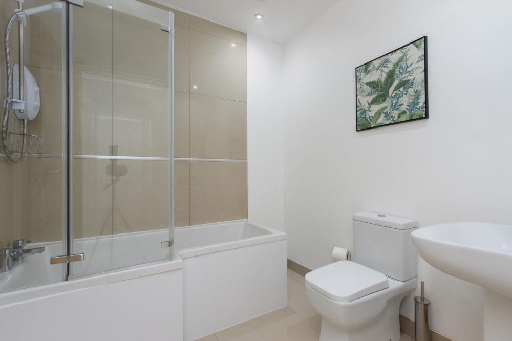 APT 4 Duckworth Bathroom