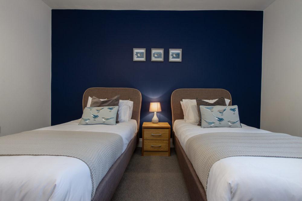 APT 5 Duckworth twin beds